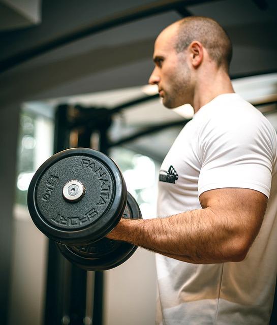 太い腕にはアームカール。しかしボリュームを増やすだけが筋肥大の方法ではありません。